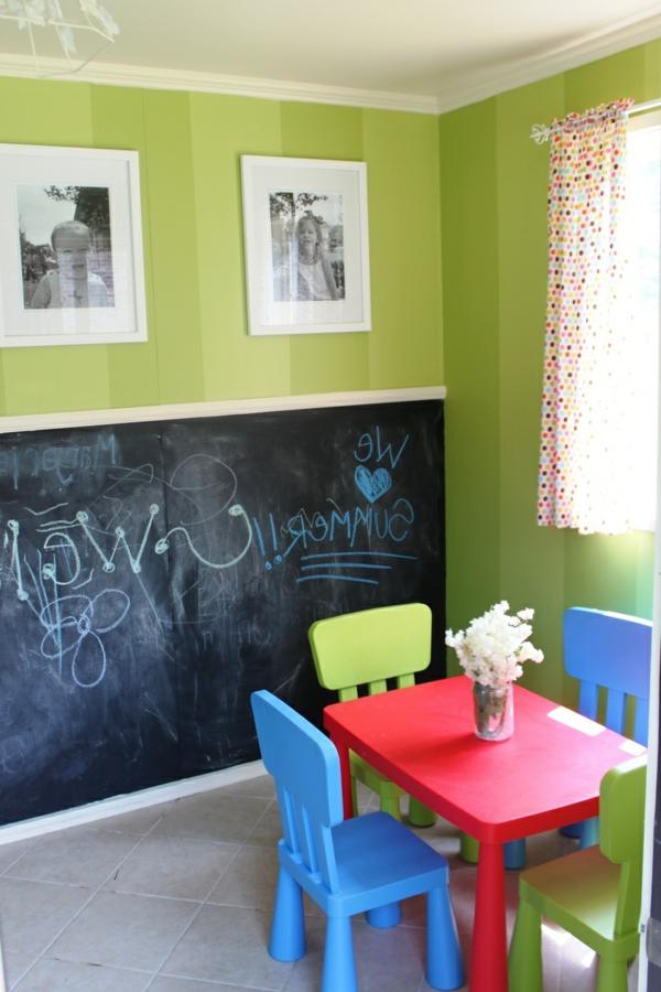 Schwarze Kreidetafel und grelle Farbtönungen im Kinderzimmer
