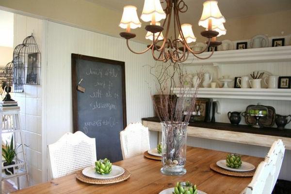 Auffälliges Design für Esszimmer- schwarze Kreidetafel mit braunem Rahmen