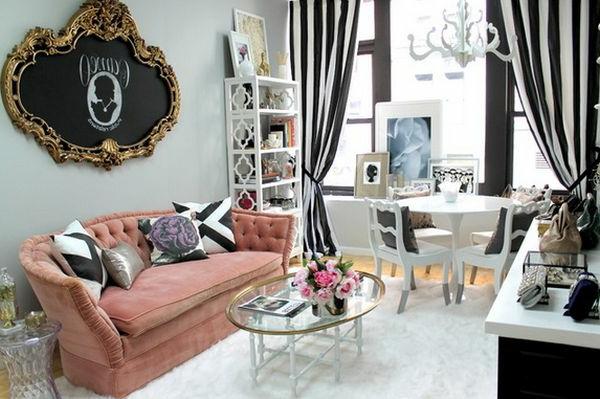 Schönes Wohnzimmer mit einer dekorativen Kreidetafel