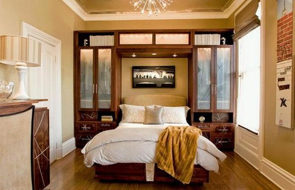 Schränke aus Holz im Schlafzimmer mit warmer Beleuchtung