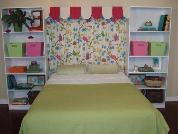 Kopfbrett mit lustigem Farbschema für ein gemütliches Schlafzimmer