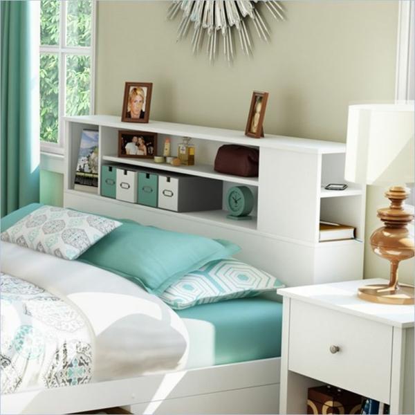 Schlafzimmer mit blauer Ausstattung und Regalsystem fürs Kopfbrett