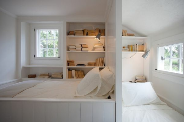 Bücherregale und weiße Bezüge für ein schönes Schlafzimmer