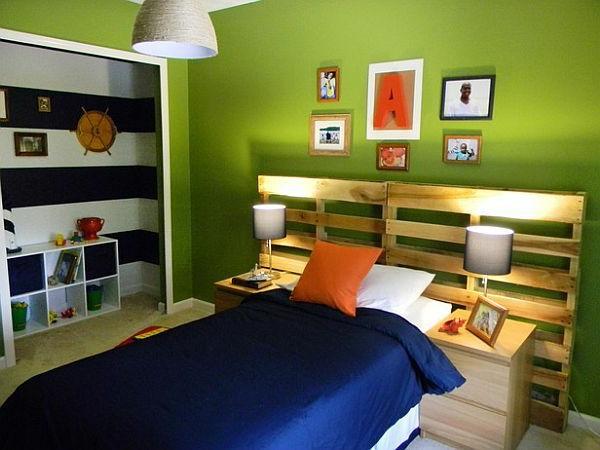 Schlafzimmer mit grüner Wandgestaltung und Kopfbrett aus Holz