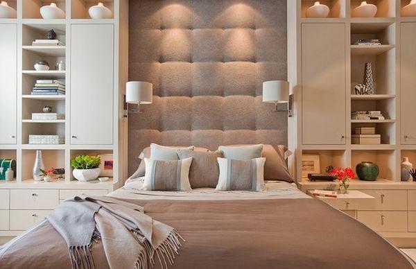Dekoratives Kopfbrett und luxus Bett im Schlafzimmer