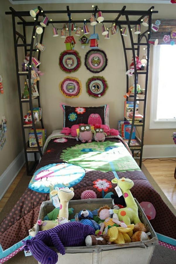 Tassen und Plüschtiere als Deko Elemente bei Schlafzimmer Ausstattung verwenden