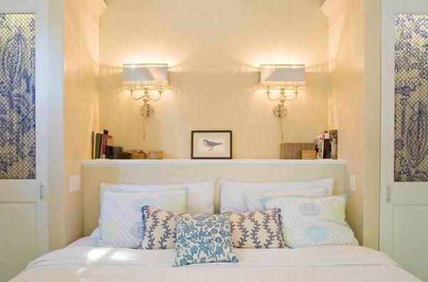 Kopfbrett im Weiß und Dekokissen im luxus Schlafzimmer