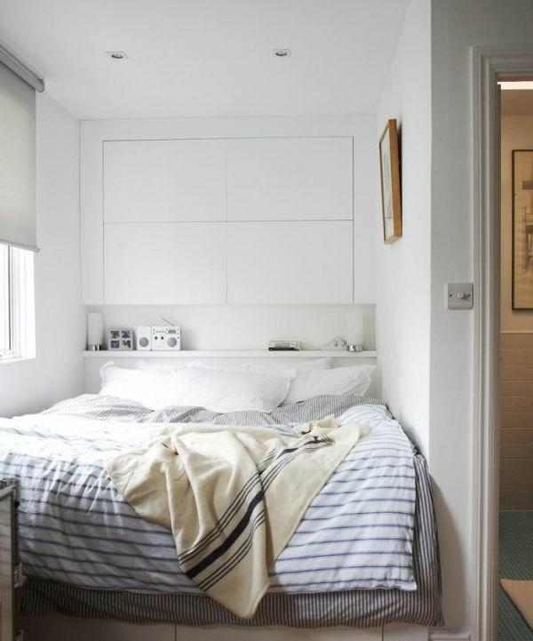 Schlichtes Design für Kopfbrett und weiße Farbe für ein originelle Schlaffzimmer Gestaltung