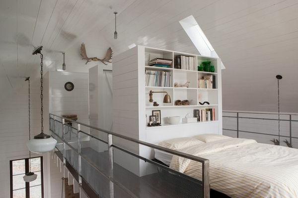 Kopfbrett mit einem Regalsystem im Schlafzimmer mit weißem Farbschema