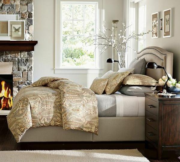 Luxus Kopfbrett und moderne Feuerstelle im Schlafzimmer