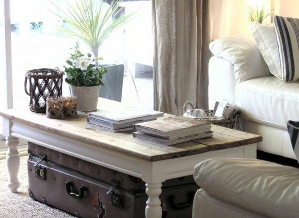 Helles Wohnzimmer mit interessanten Deko Elementen und Tisch aus Holz