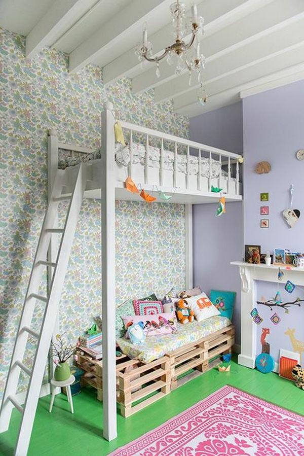 Weißes Hochbett und Kronleuchter aus Glas für ein richtig schönes Kinderzimmer