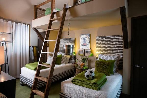 Treppe aus Holz und drei Betten für ein originelles Kinderzimmer Design