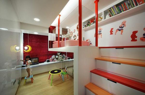 Rote Säulen und breite Treppe für ein originelles Bett Design