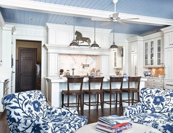 Modernes Zimmer Design mit vier hölzernen Barstühlen und zwei lustigen Sesseln