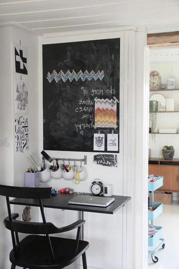 Originelles Arbeitszimmer mit einer großen Kreidetafel an der Wand