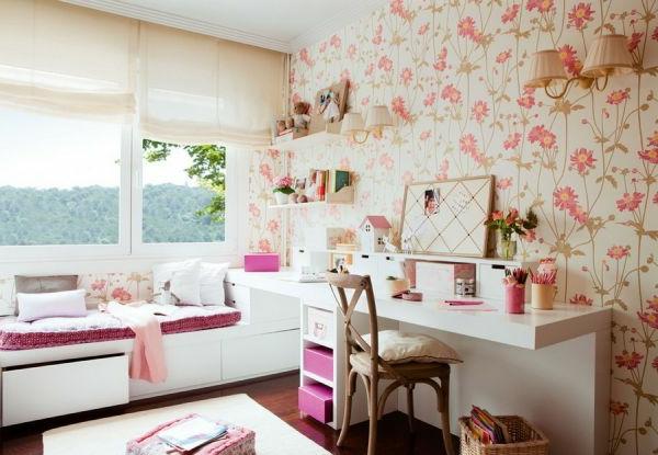 Bunte Tapeten und Fenster mit enormer Größe im Arbeitszimmer