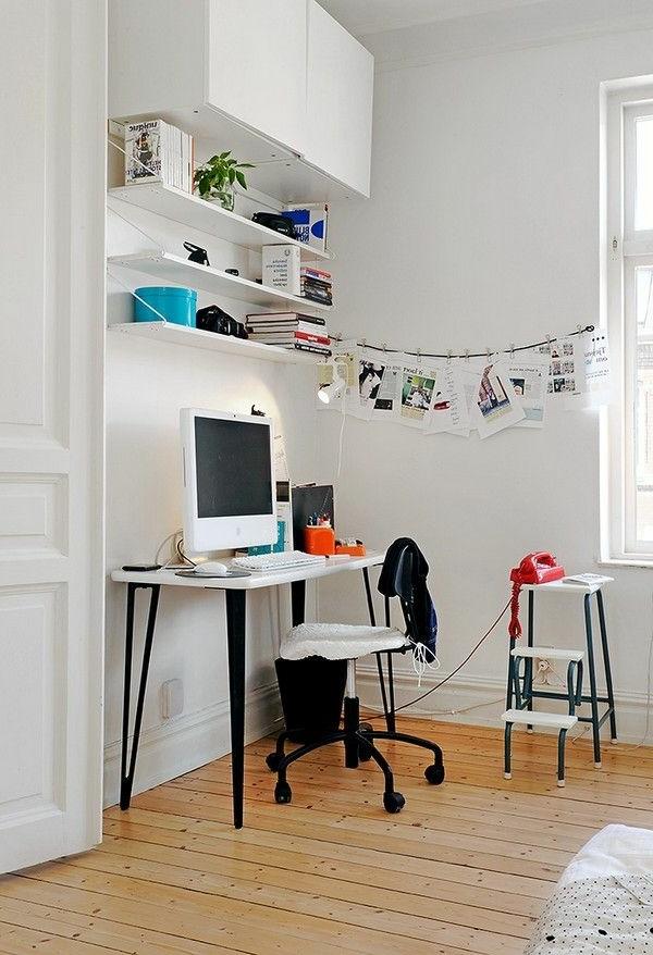 Rollstuhl im Arbeitszimmer mit einem weißen Farbschema