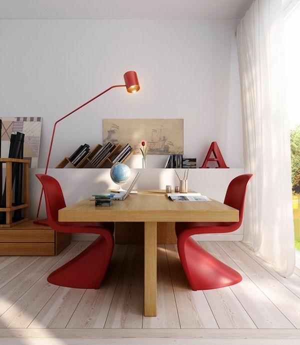 Rote Stühle und Lampe als Akzent im Arbeitszimmer
