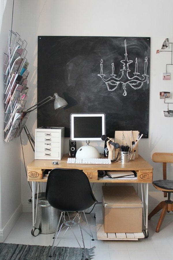 Kreativ aussehende Arbeitszimmer- Kreidetafel in Schwarz