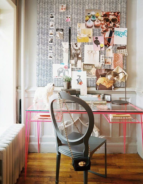 Fotos und Bemalungen an eine Tafel aughängen für ein modernes Design vom Arbeitszimmer