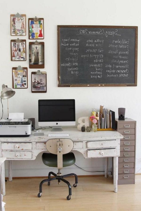 Arbeitszimmer mit einer Kraiderafel und Bemalungen für gute Stimmung