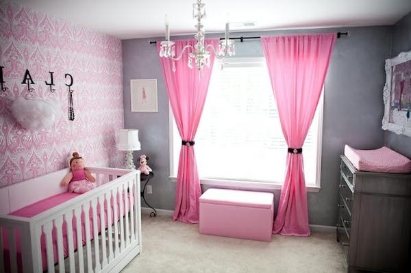 rosige gardinen und gläserner kronleuchet im babyzimmer
