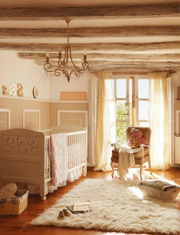 weiches teppich kronleuchter und holzbretter an der wand für eine schöne babyzimmer gestaltung