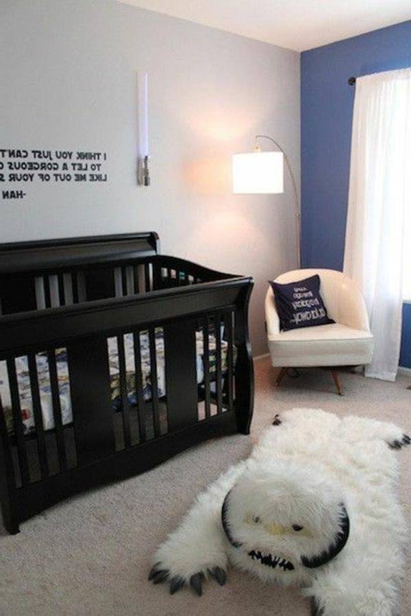 lila uns weiße wände weiße gardinen und interessantes teppich fürs babyzimmer