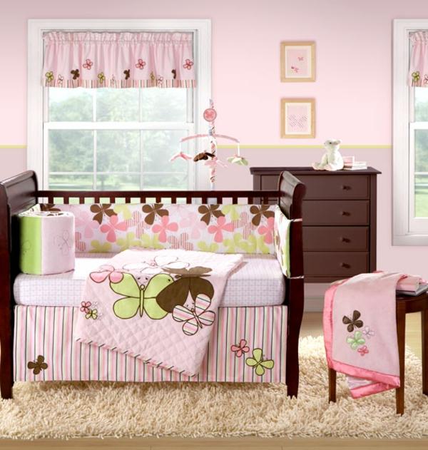 holzschränke und rosige farbe fürs babyzimmer