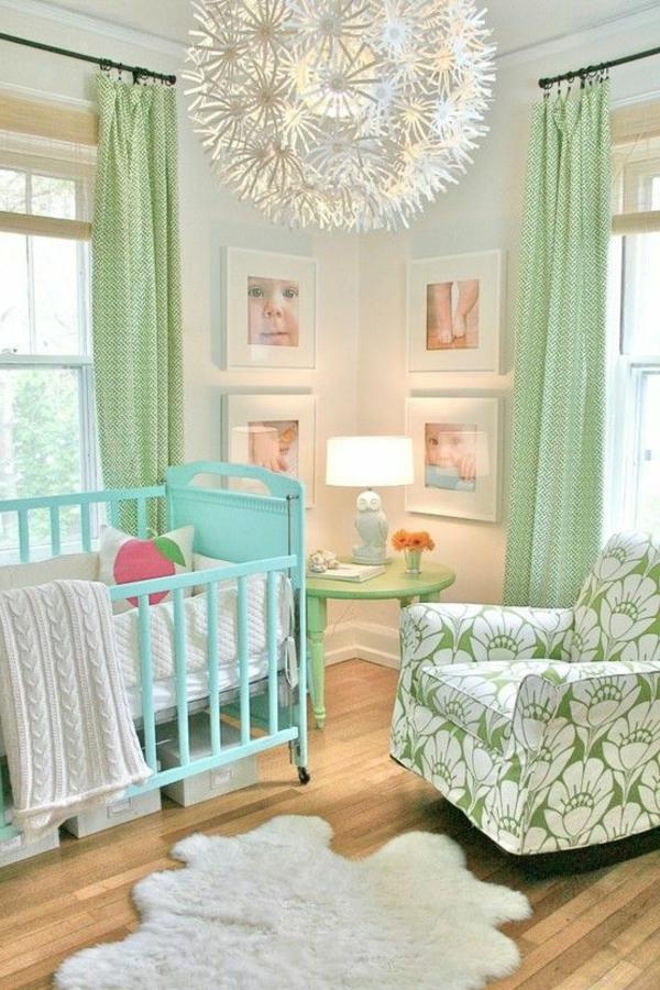 großer kronleuchter und frische helle farben im babyzimmer