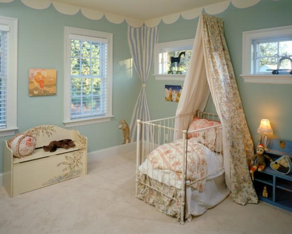 große fenster gardinen und helle farben im babyzimmer