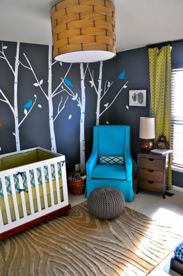 interessante malerschablone an der wand im babyzimmer