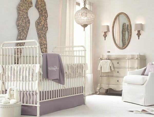 interessante deko und spiegel an der wand im babyzimmer