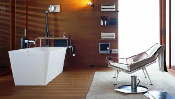 badeszimmer mit badewanne in weiß und braune wänden