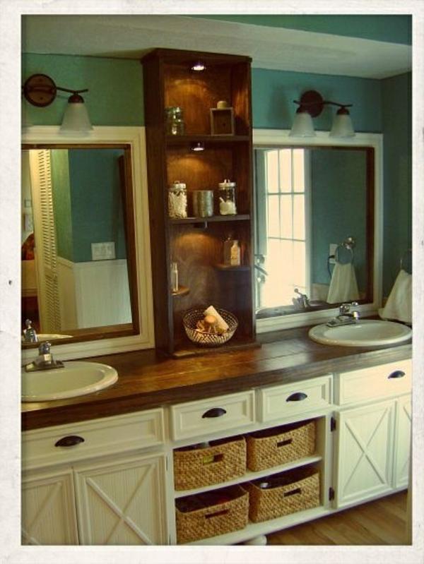 kleines badezimmer mit spiegelschrank aus holz und zwei spiegeln