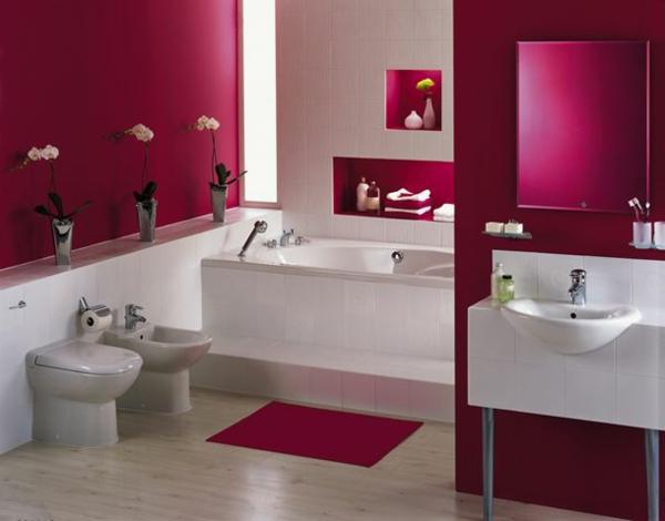 badezimmer mit wandgestaltun in violett und weißen bademöbeln