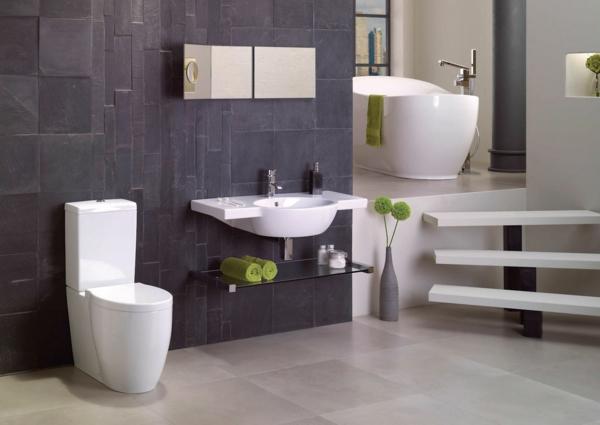 badgestaltung mit weißen bademöbeln und dreu treppen, die zur badewanne führen