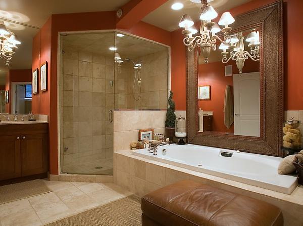 badezimmer design mit einer badewanne aus marmor und einem großen spiegel mi rahmen