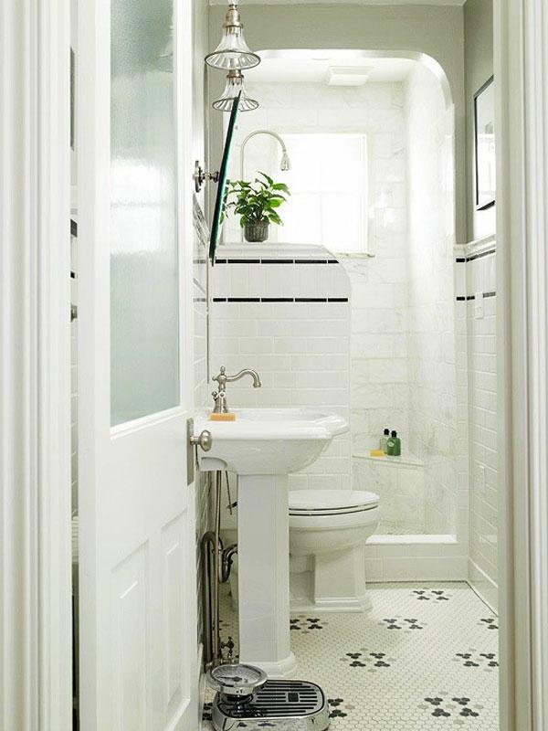 baddesign mit weißer ausstattung - deko pflanze und spiegelschrank