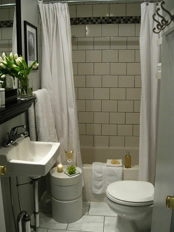 badezimmer design mit weißen gardinen und weiße tulpen auf dem spiegelschrank