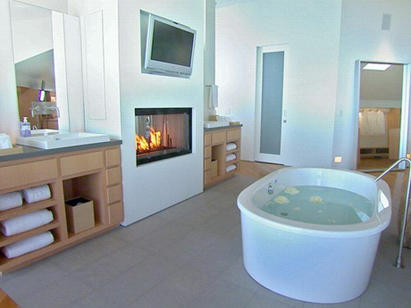 badgestaltung mit einer weißen badewanne und einem luxus kamin