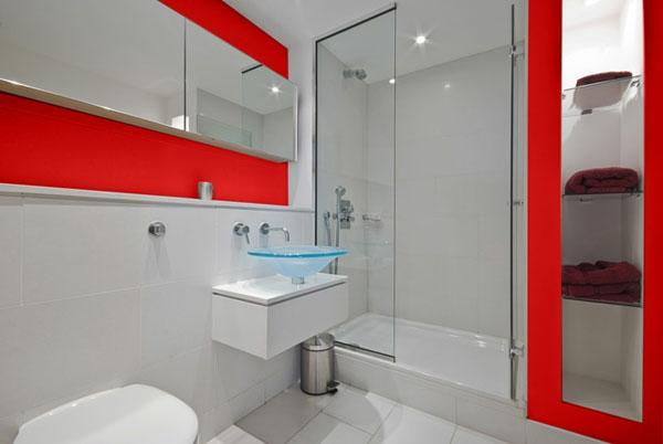 gute badideen - eine duschkabine aus glas und interessanten akzente in rot