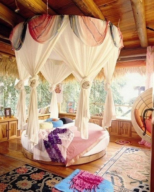 Gemütliche Atmosphäre im Schlafzimmer mit Gardinen über dem Bett