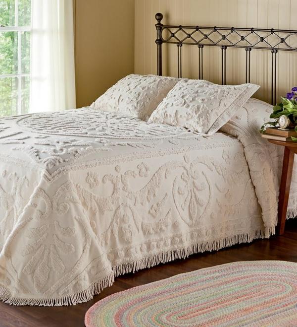 schönes schlafzimmer mit weißen bettwäschen und kissen