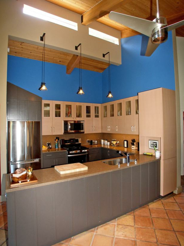 braune küche mit einem blauen akzent