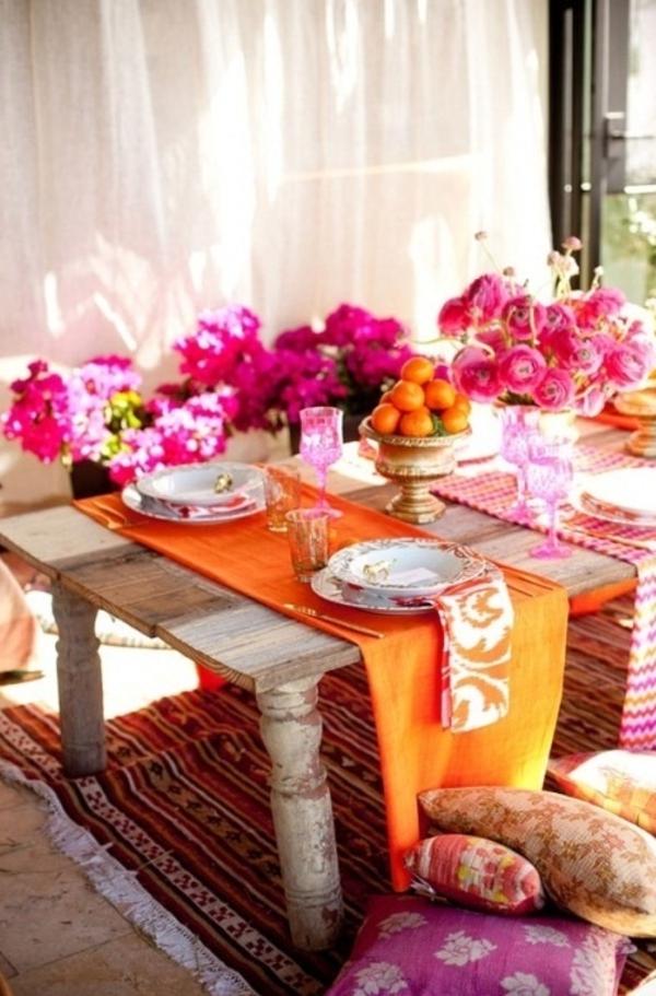 tisch modern gestalten viele blumen in grellen farben und orange mandarinen
