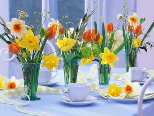 esstisch mit vasen, blumen und kaffee tassen dekorieren