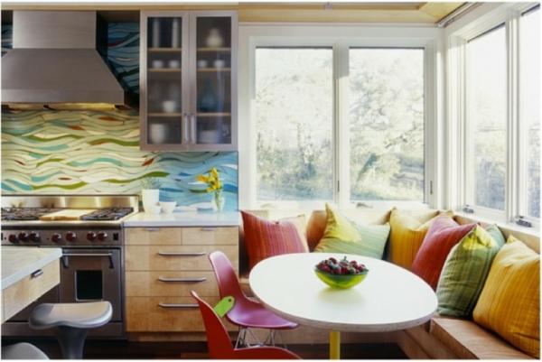 interessante küchenspiegel ideen - bunte kissen in der küche