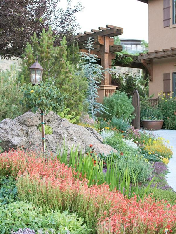 Schöner Garten Mit Grünen Pflanzen Einer Lampe Und Steinen